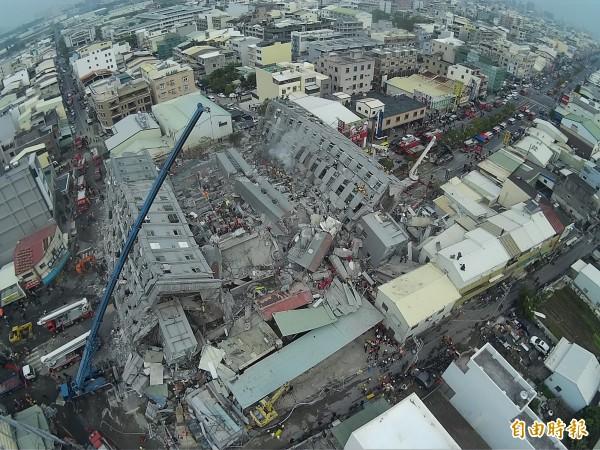 台南市永康區倒塌的17層高維冠大樓又添1名死者,讓目前為止的地震罹難者達到4人。(記者黃志源攝)
