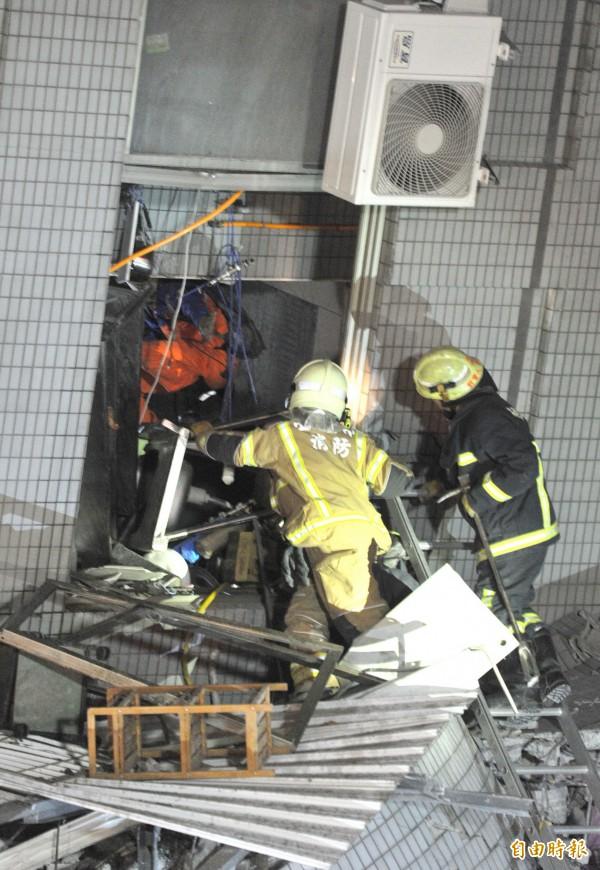 台南市永康維冠大樓因凌晨強震而倒塌,消防人員展開搜救,陸續救出大樓內民眾。(記者黃志源攝)