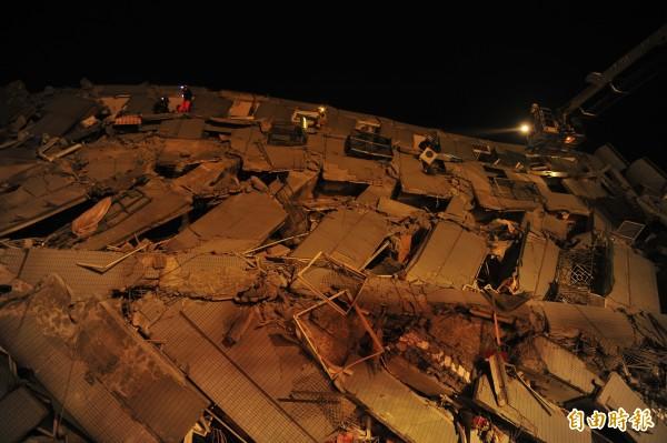 永康區永大路大樓倒塌,消防局出動雲梯車協助救援。(記者王捷攝)