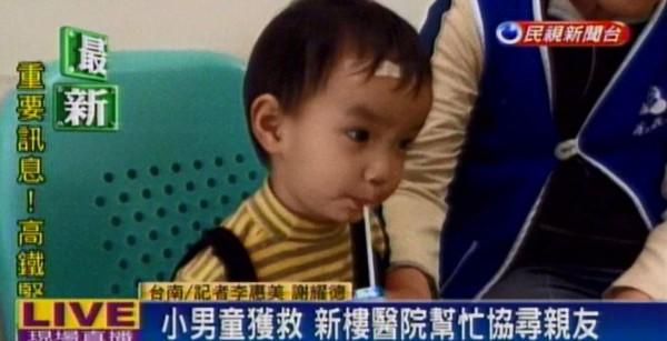 有名約2歲半的小男童被送到台南新樓醫院,但身旁沒有大人,院方希望透過媒體協尋男童家屬。(圖片擷取自民視新聞)