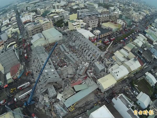 台南市永康維冠大樓在今晨強震後倒塌,全國結構技師公會理事長蔡榮根,分析永康維冠大樓本身就是結構系統不好。(記者黃志源攝)