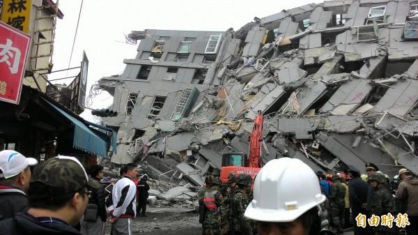 今晨南台大地震後,台南市永康17層高維冠大樓倒塌,救難人員在現場已搶救7個多小時。(記者蔡文居攝)
