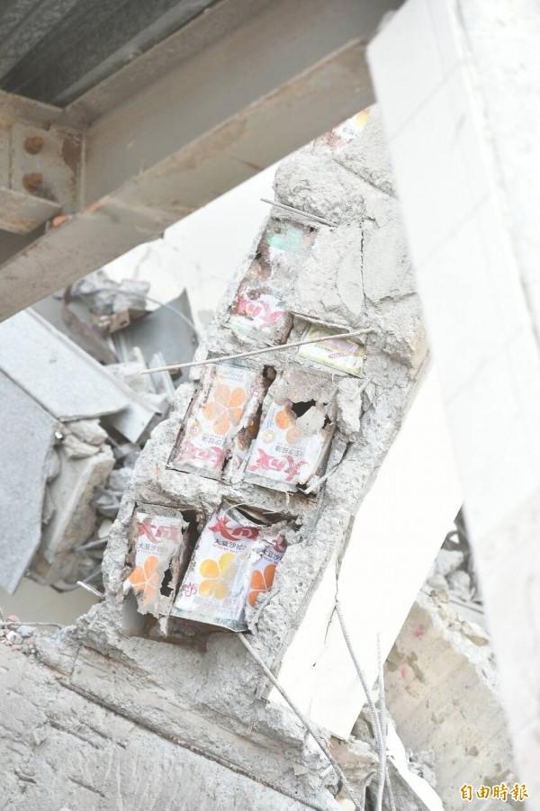 倒塌的台南維冠大樓,被發現有沙拉油桶填充物。(記者張忠義攝)