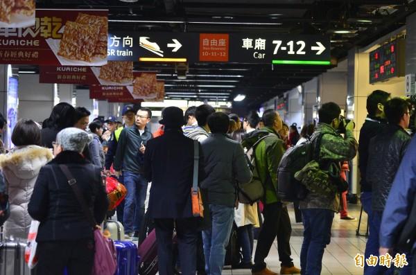 南台大地震影響,高鐵台中以南中斷,台鐵加開支援。民眾可搭高鐵到台中烏日轉台鐵南下。(記者王藝菘攝)