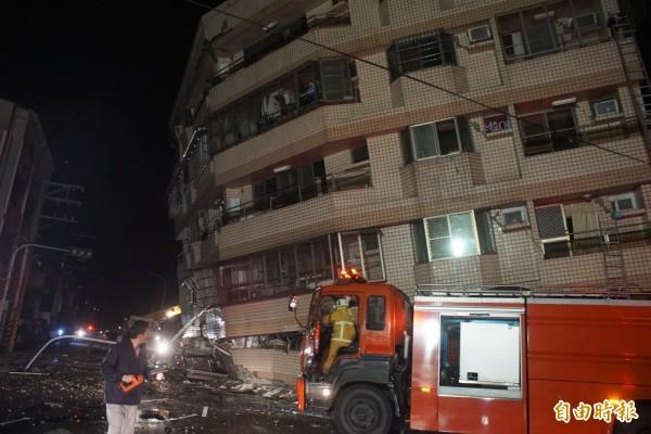 台南市歸仁區信義路和大仁路街口,一棟7層公寓大樓在強震後傾倒。(記者黃佳琳攝)