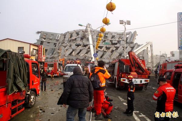 台南市多處因為今晨強震傳出災情,其中以永康維冠17層大樓倒塌最為嚴重。(記者黃佳琳攝)