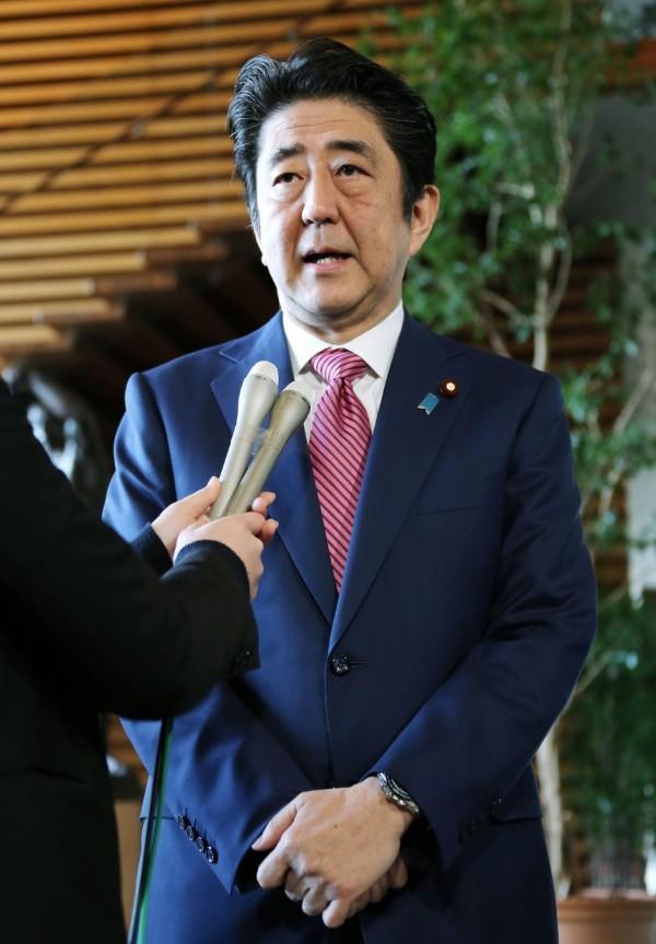 日本首相安倍晉三今天獲報台灣南部發生大地震後,立即致電馬英九總統,表示慰問之意。(法新社)