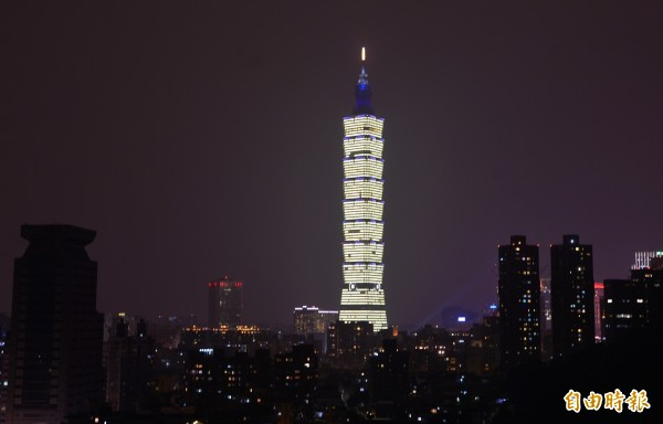 台北101今晚6點到10點將於大樓頂冠點亮「台南加油、祝福台灣bless taiwan」字樣。(資料照,記者王藝菘攝)