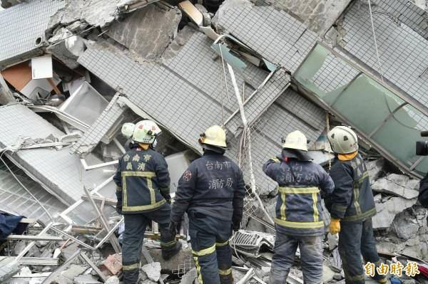 台南永康維冠大樓受今晨強烈地震影響倒塌,下午3時左右搜救人員成功救出1名30歲男子。(記者張忠義攝)
