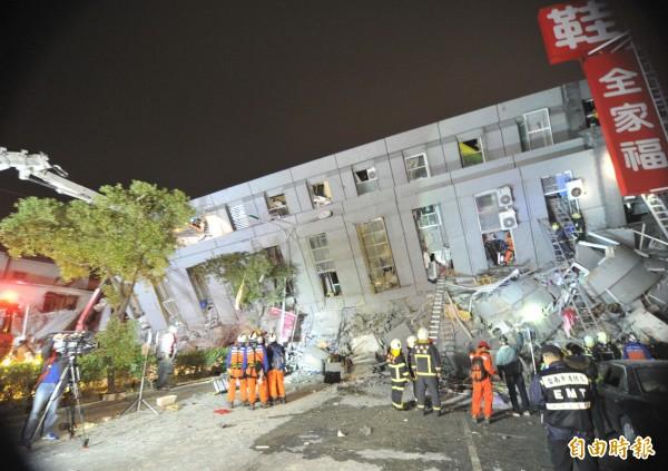 台南永康區永大路一棟大樓因凌晨強震而倒塌,消防人員展開搜救,陸續救出大樓內民眾。(記者黃志源攝)