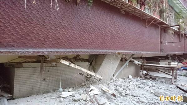 台南市東區大智里長東街103巷2號市場大樓倒塌,柱子傾斜,二樓變一樓,一樓不見了。(記者洪瑞琴攝)