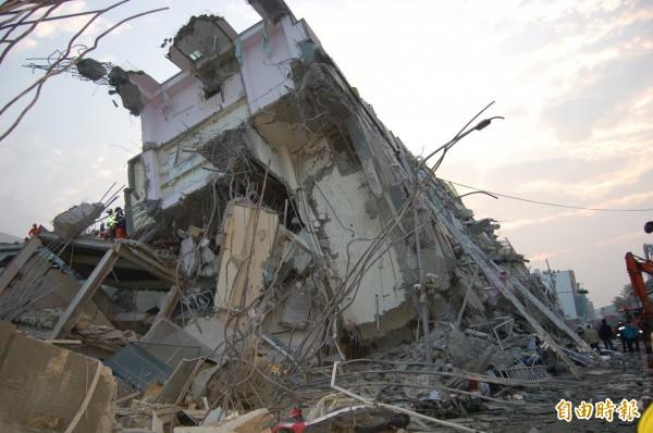 台南市永康區17層高的維冠金龍大樓在強烈地震後倒塌,先前已救出221人。(記者楊金城攝)