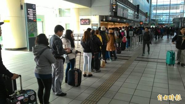 高鐵左營站買票人潮大排長龍。(記者鮑建信攝)