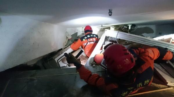 雲林縣消防局及義消特搜隊在災區搜救。(記者廖淑玲翻攝)