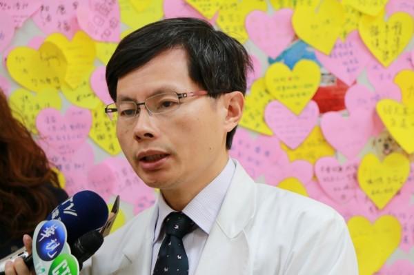台北榮民總醫院移植外科主任龍藉泉說明器官移植手術。(北榮提供)