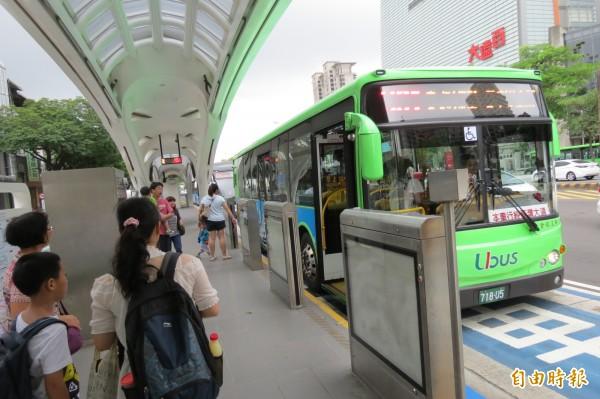 高鐵仍無法全線通車,中市府協調公車業者10分鐘一班,送旅客到朝馬轉運站。(記者蘇金鳳攝)