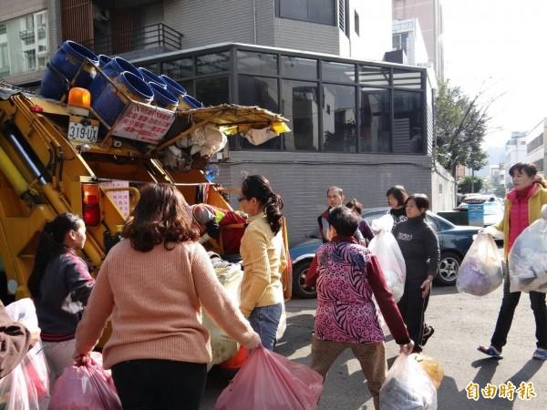 春節期間中市垃圾收運採沿街或定時定點,初五恢復正常。(記者蘇金鳳攝)