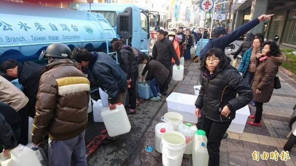 民眾排隊取水。(記者洪瑞琴攝)