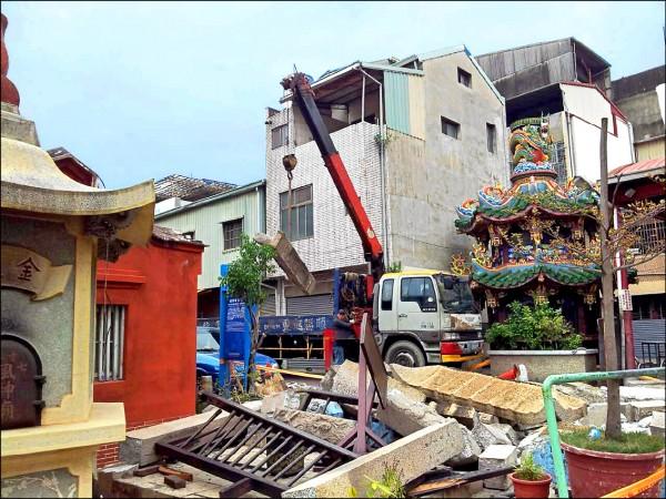 台南市定古蹟風神廟鐘樓倒塌。(記者洪瑞琴翻攝)
