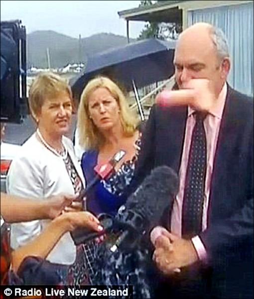 紐西蘭國慶前夕,該國經濟發展部部長喬伊斯遭抗議民眾扔擲假陽具。(取自網路)