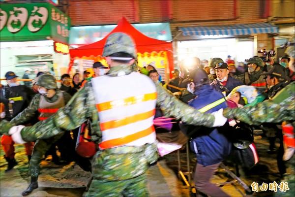 台南維冠金龍大樓倒塌住戶受困,昨晚9點20分左右再救出一名女子。(記者郭安家攝)