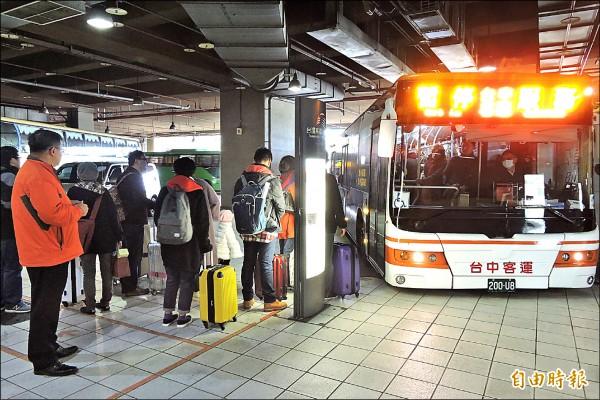 市府協調每10分鐘開一班公車,將乘客從高鐵站接駁到朝馬轉運站,交通局長王義川親自坐鎮。(記者何宗翰攝)