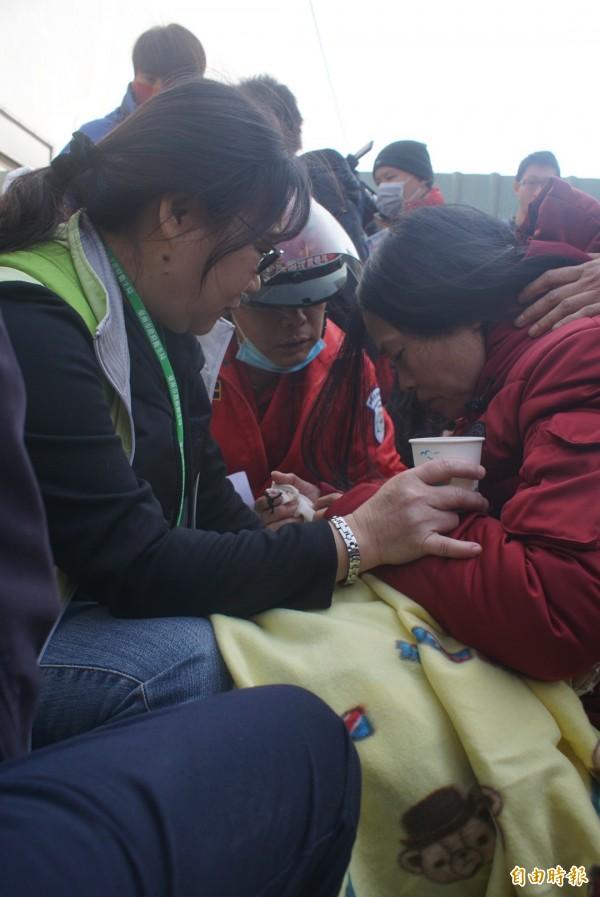 古姓婦人(右)擔心兒子安危,超過30小時滴水未進。(記者黃佳琳攝)