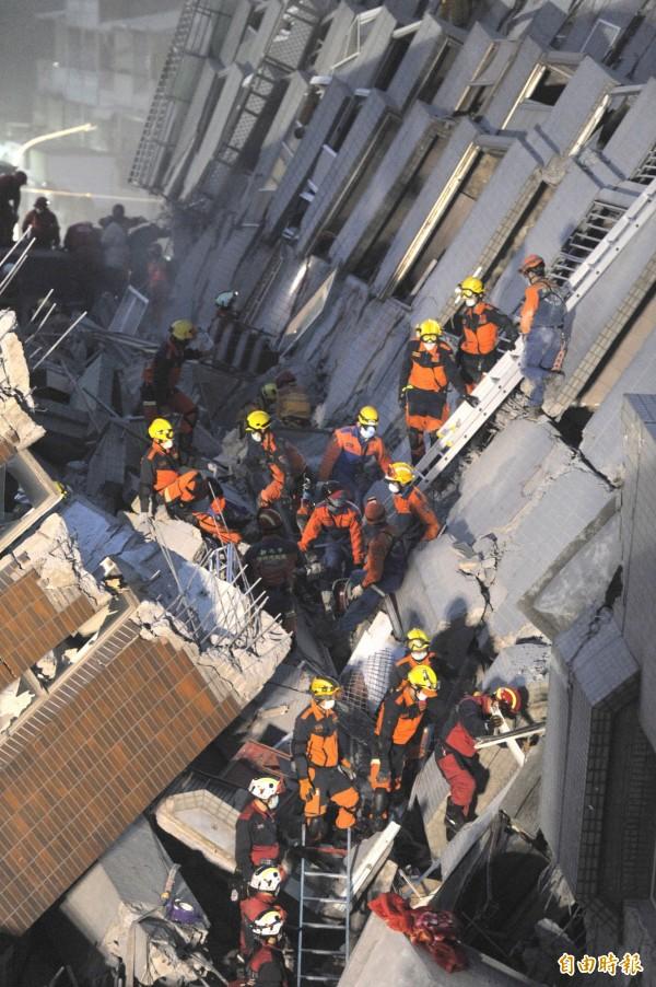 消防人員持續在維冠金龍大樓搜救。(記者黃志源攝)