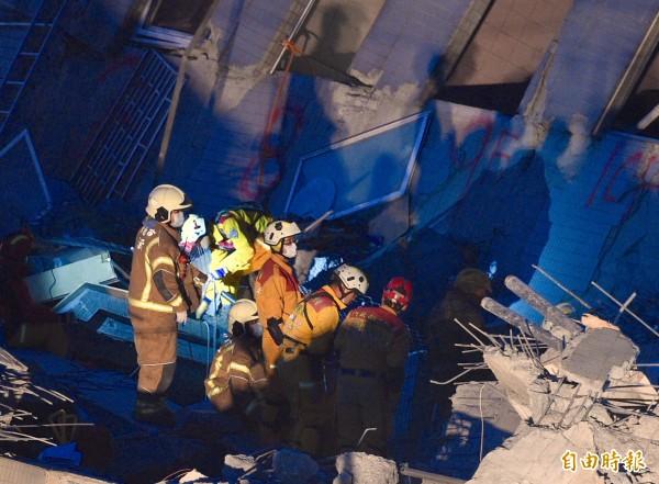 維冠大樓倒塌現場,搜救人員在除夕夜仍不放棄任何希望,積極找尋生還者。(記者羅沛德攝)