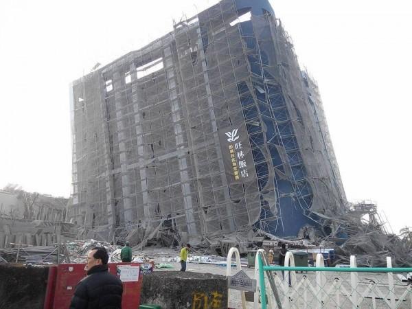南台灣昨發生強震,台南歸仁區旺林飯店整棟大樓嚴重傾斜,在地人指出這棟大樓是由中資接手,原本預計今年第一季開幕,但強震後已慘淪為「危樓」。(圖片由網友林誌諺提供)