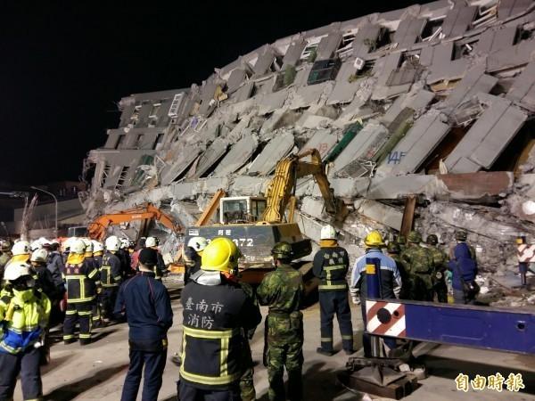 台南震災永康區維冠大樓倒塌,造成多人傷亡,許多傷者與家人失散。(資料照,記者王涵平攝)