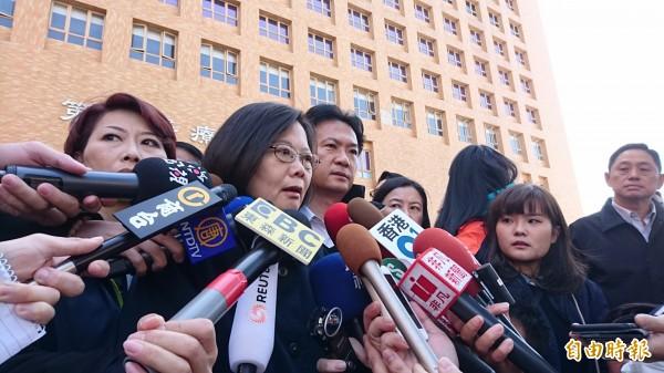 準總統蔡英文到奇美醫院探視震災傷者前,接受媒體採訪。(記者洪瑞琴攝)