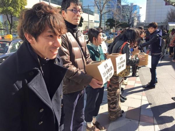 日本民眾在名古屋街頭發起為台灣地震募款活動。(圖擷自「日台若手交流会@名古屋」臉書)