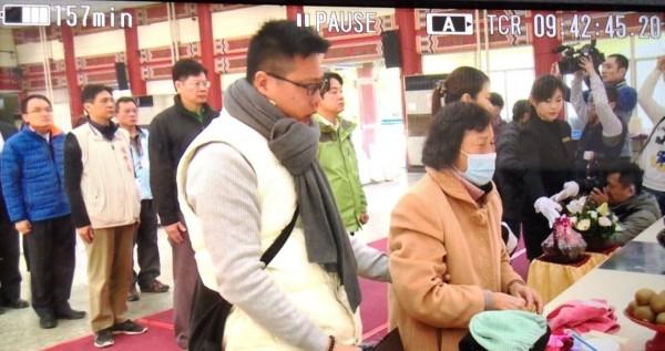 南市長賴清德(中綠衣者)向震災罹難者致哀,戴口罩的罹難者女家屬痛哭失聲。(記者王俊忠翻攝)