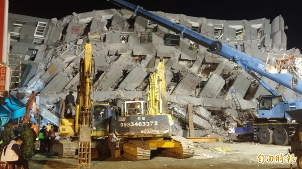 台南大地震受災最嚴重的永康維冠金龍大樓,至今仍有多人受困,救難人員持續搜救中。(記者楊金城攝)