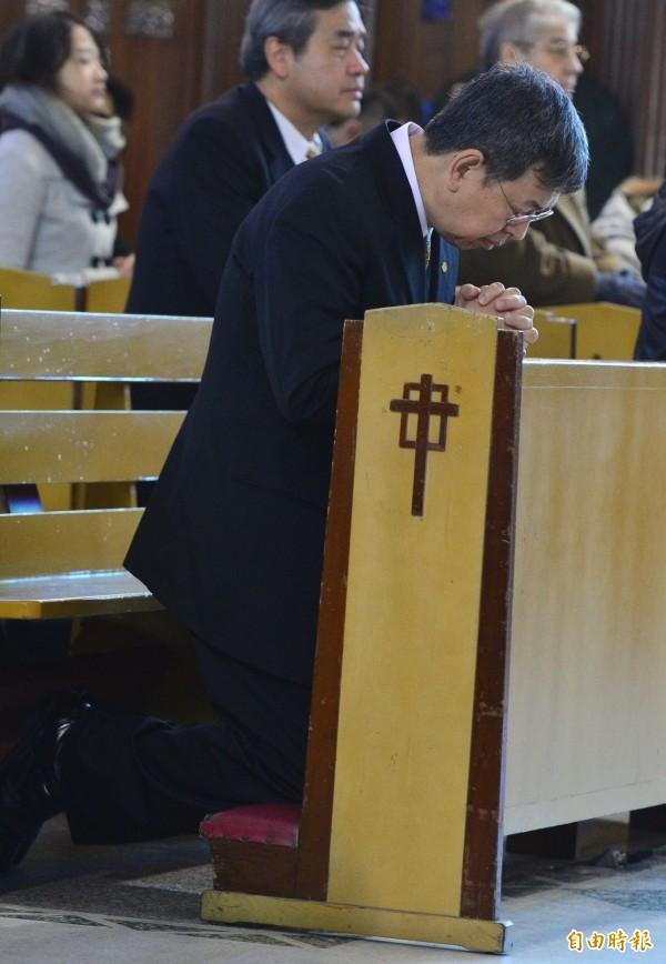 副總統當選人陳建仁到天主教聖家堂彌撒為台南地震受難者祈禱。(記者王藝菘攝)