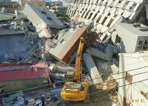 救難人員下午3時15分暫時撤離,以重機具開挖。(記者王文麟攝)