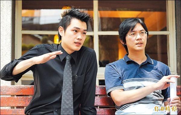 921大地震台北市東星大樓倖存者孫啟峰(右)、孫啟光(左)兄弟。(資料照,記者劉信德攝)