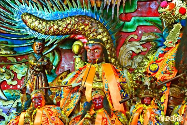 紫雲寺在主神旁呈 坐姿的是「文大聖」 。 (記者朱則瑋攝)