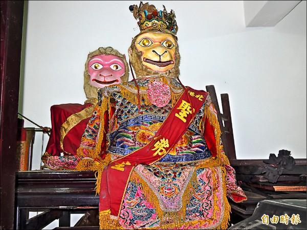 聖佛堂出陣的巨神偶是根據齊天大聖模樣製作。(記者陳燦坤攝)