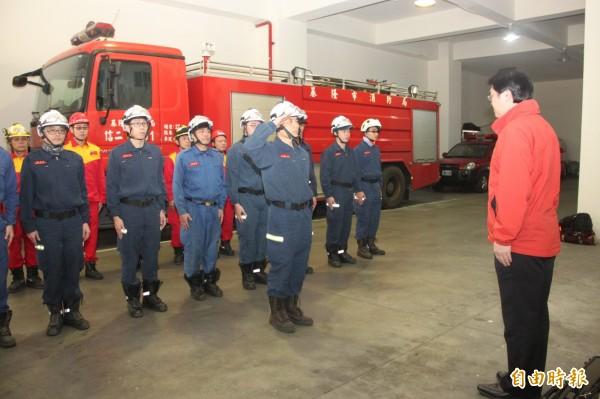 基隆市消防局今日上午派遣特搜隊員南下台南救援。(記者吳昇儒攝)