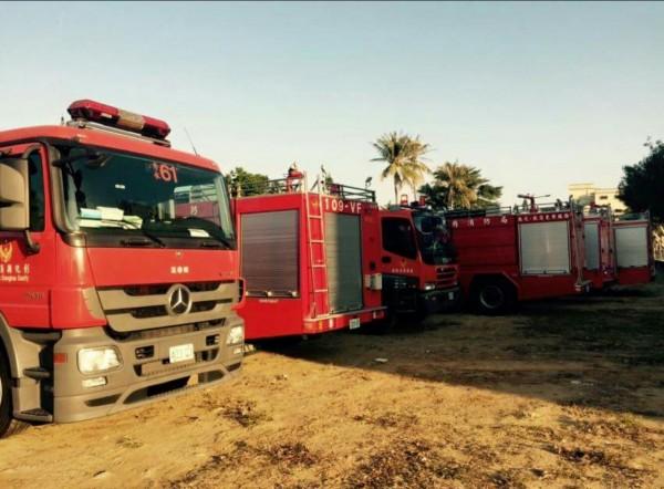 來自全國的消防水庫車,上午8點不到,就準備出發送水給台南市缺水的震災受災戶。(許志瑋提供)