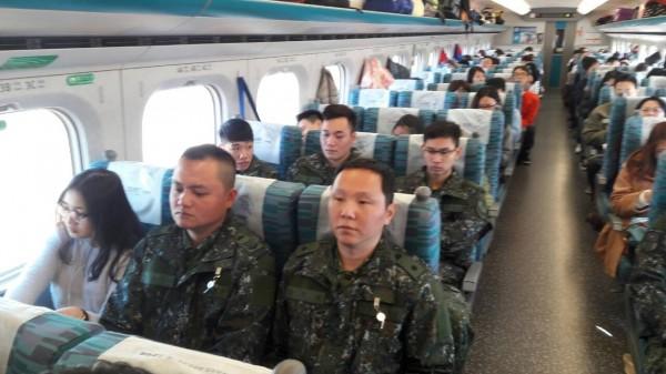 為支援台南震災救援工作,六軍所屬53工兵群官兵,上午搭乗高鐵南下。(圖由國防部提供)