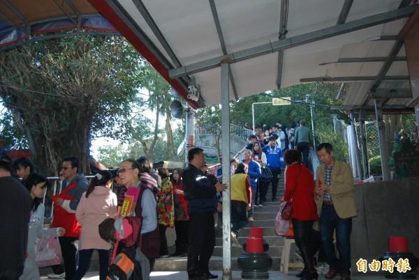 南山福德宮擠進上萬人,許多民眾排隊半小時以上就為了討錢母。(記者張安蕎攝)