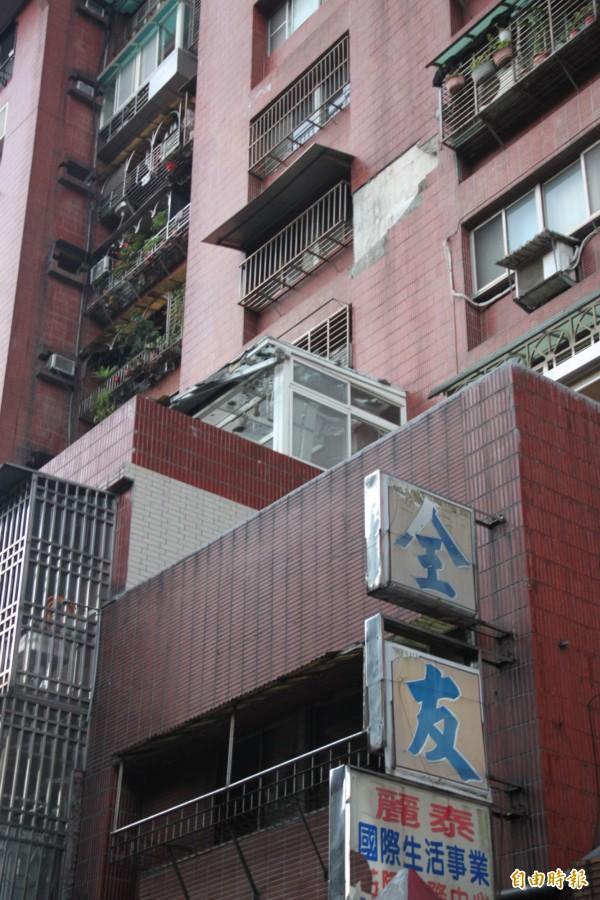 成功國宅今日下午又發生磁磚掉落事件,所幸無人員傷亡(記者吳昇儒攝)