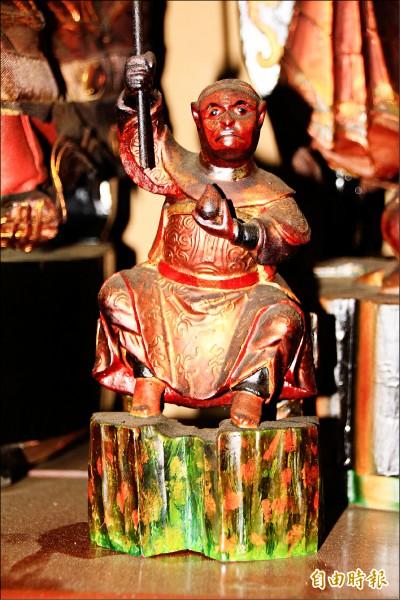 日治時期因箝制宗教信 仰,信徒雕製的齊天大 聖像十分迷你,便於收 藏,以免被發現。 (記者佟振國攝)