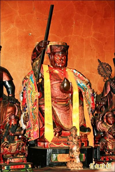 鎮西鎮堂供奉的齊天大聖像右手持金箍棒,左手捧著蟠桃。(記者佟振國攝)