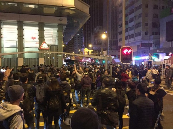 大批民眾佔領彌敦道與亞皆老街的十字路口。(圖截取自學民思潮臉書)