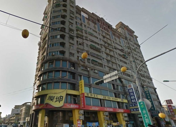 在維冠金龍大樓1樓也設有店面的燦坤集團表示,將捐出300萬元給台南市社會救助金專戶協助災區重建,並提供消費者小家電的免費維修服務。圖為倒塌前的永康維冠金龍大樓。(圖擷自Google Map)