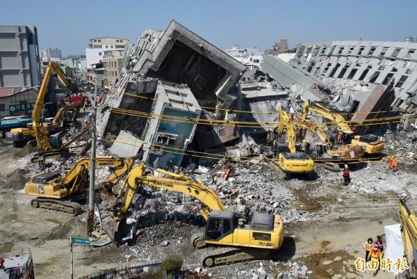 維冠大樓倒塌現場,9日上持續以大鋼牙機具破壞建築物。(記者羅沛德攝)